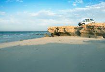"""Strandabschnitt an der Lagune Khor Al Adaid, auch als """"Inland Sea"""" bezeichnet, einem der größten landschaftlichen Schätze Katars - © AdrianaHarakalova/Shutterstock"""