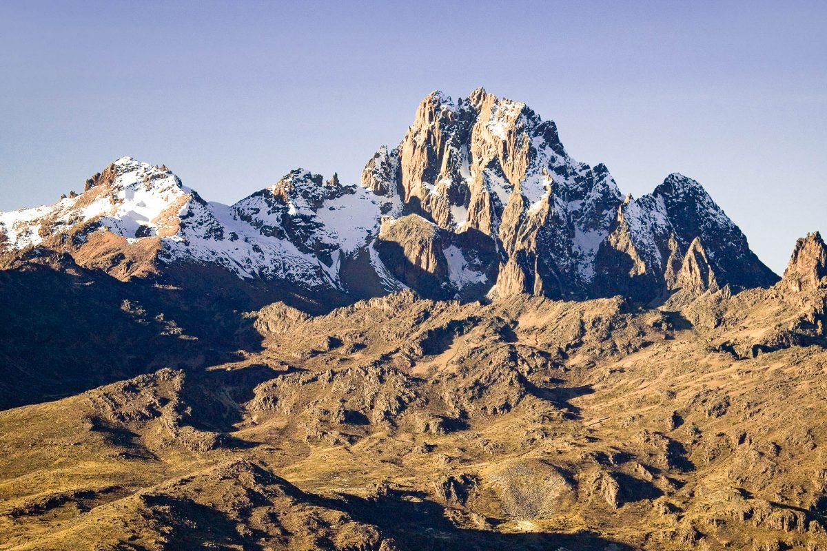 Blick auf den Mount Kenya, der mit einer Höhe von 5.200m der höchste Berg Kenias und nach dem Kilimandscharo der zweithöchste Berg Afrikas ist, Kenia - © spirit of america / Shutterstock