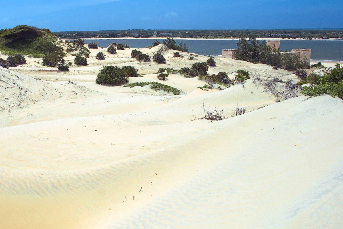 Der 12km lange Sandstrand im Süden Lamus, die Dünenlandschaften und die Mangrovenbuchten ziehen vor allem Rucksacktouristen an, denn Lamu ist touristische noch kaum erschlossen, Kenia - © / Shutterstock