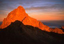 Der 5.200m hohe Mount Kenya kurz vor Sonnenuntergang, Kenia - © Jiri Haureljuk / Shutterstock