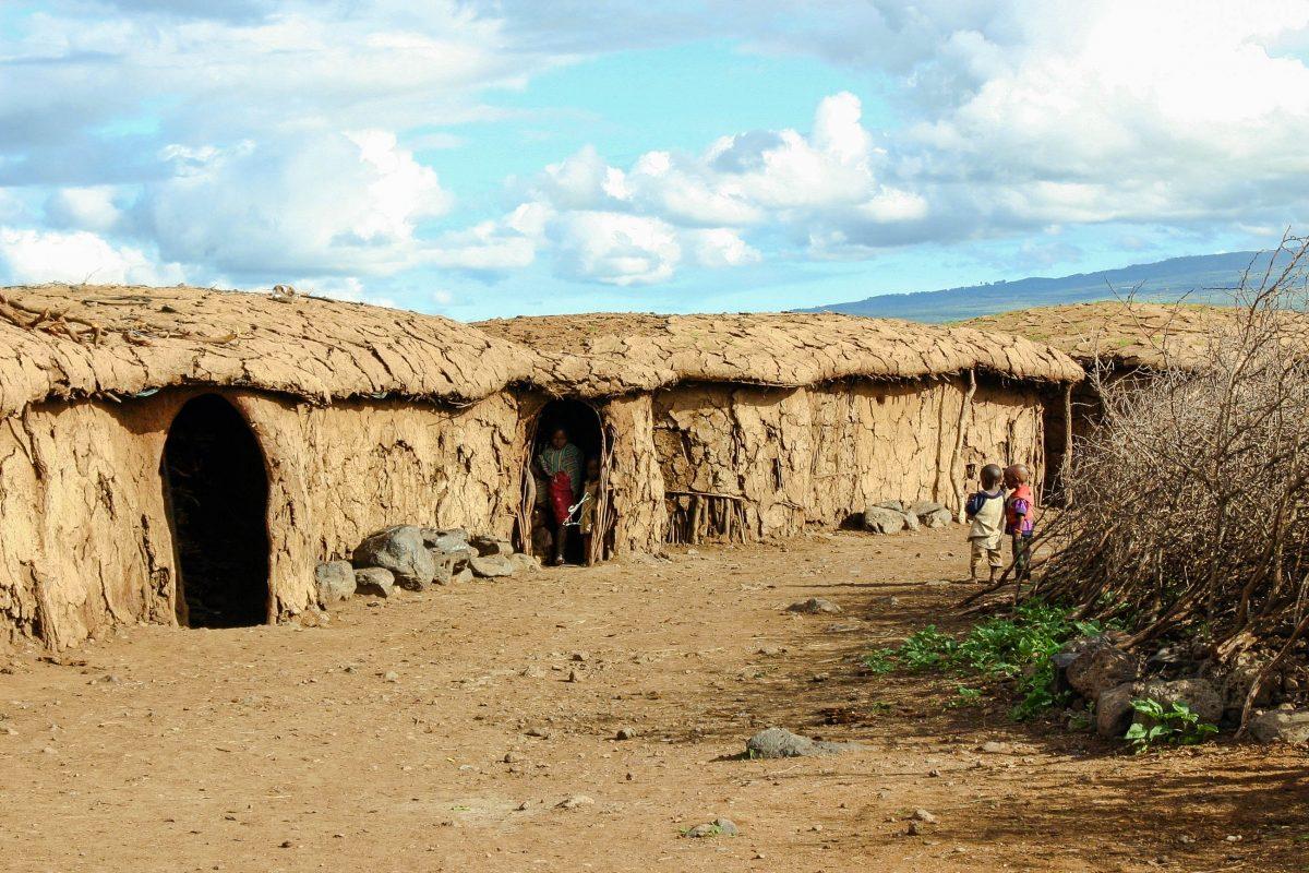 Ein typisches Massai-Dorf im Amboseli-Nationalpark im Süden Kenias - © Ferderic B / Shutterstock