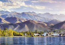Blick auf die faszinierende Berglandschaft am Issyk Kul See, Kirgistan - © Pikoso.kz / Shutterstock