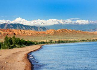 """Der Bergsee Issyk Kul liegt im Tian Shan Gebirge und wird wegen seiner landschaftlichen Schönheit auch """"Die Perle Zentralasiens"""" genannt, Kirgisistan - © Novoselov / Shutterstock"""