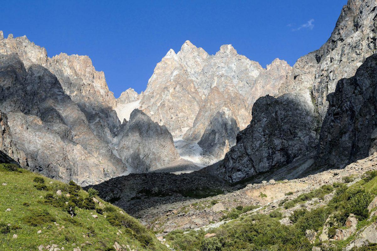 Die zerklüfteten Berggipfel im Ala-Archa-Nationalpark in Kirgistan schaffen ein unvergleichliches Panorama - © gopixgo / Shutterstock