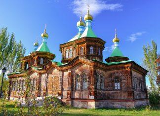 Die Kathedrale der heiligen Dreieinigkeit im Zentrum von Karakol im Nordosten Kirgisistans, ist ein wunderschönes russisch-orthodoxes Gotteshaus - © djusha / Fotolia