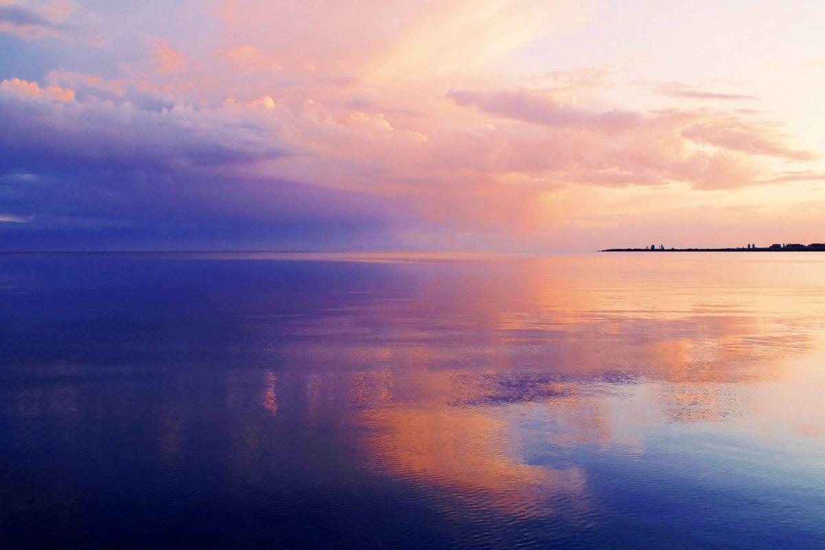Traumhafter Sonnenuntergang am Issyk Kul See in Kirgistan - © Loskutnikov / Shutterstock
