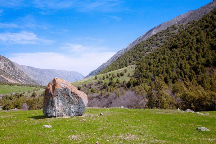 Wie zufällig verstreut liegen im Ala-Archa-Nationalpark in Kirgistan riesige Felsbrocken in der faszinierenden Berglandschaft - © Artem Loskutnikov / Shutterstock