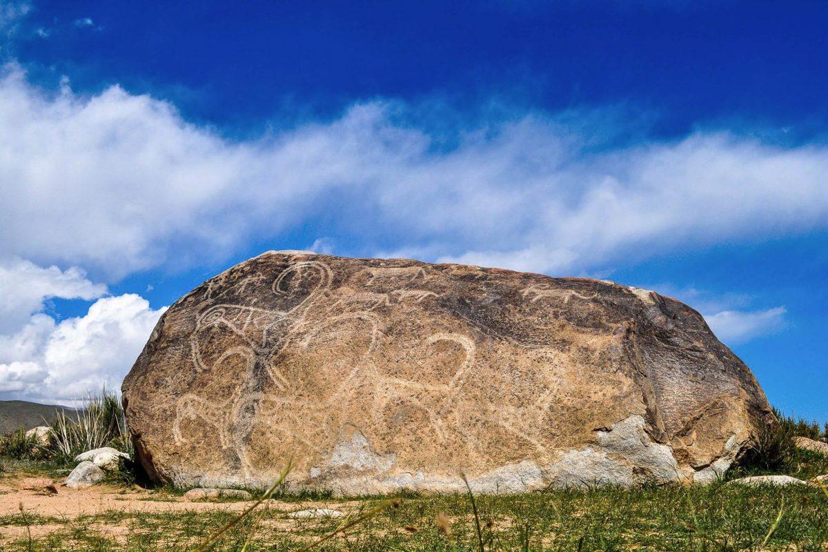 """Am Nordufer des Issyk Kul Sees ist mit den Petroglyphen von Cholpon Ata ein Freiluftmuseum der besonderen Art zu finden, Kirgistan - © """"Travel Experts"""" Kyrgyzstan"""
