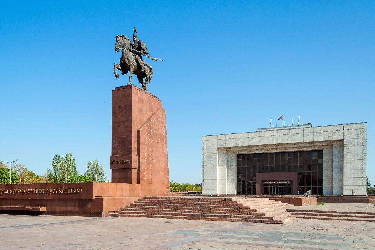 Blick auf das Manas-Denkmal am Ala Too Platz und das Historische Museum von Bishkek, welches ausführlich über die bewegte Vergangenheit der Hauptstadt Kirgistans informiert - © Elena Mirage / Shutterstock