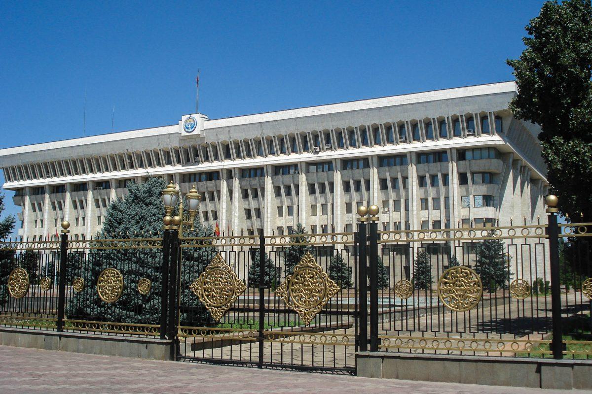 """Das Weiße Haus von Bishkek, Kirgistan, wurde in den 1980er-Jahren von den Kommunisten errichtet und machte mit Unruhen 2005 und 2010 internationale Schlagzeilen - © """"Travel Experts"""" Kyrgyzstan"""
