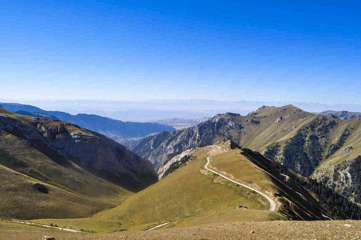"""Da die Straße zum MELS-Pass nicht asphaltiert ist, kann der atemberaubende Pass nur im Juli und August befahren werden, Kirgistan - © """"Travel Experts"""" Kyrgyzstan"""