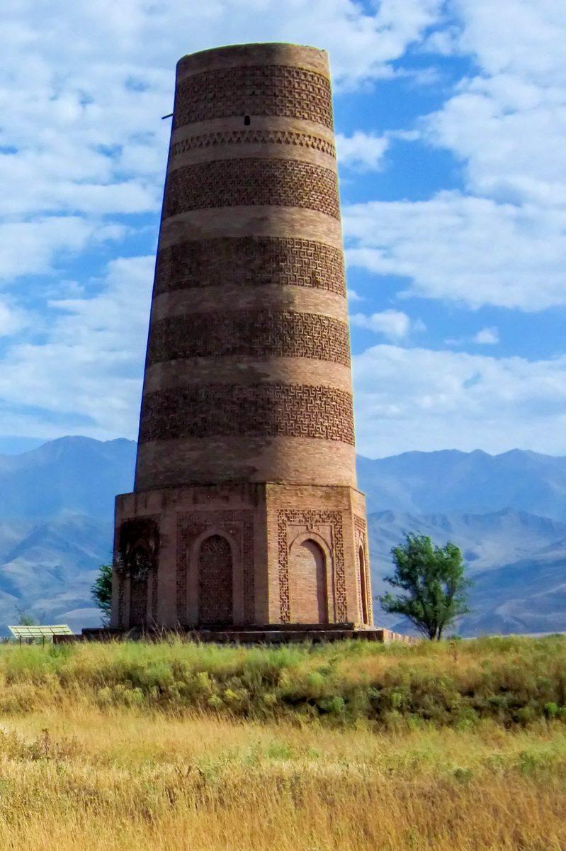 """Der Burana-Turm im Norden von Kirgistan fungierte als Minarett und Zeichen für Reisende auf der Seidenstraße, dass die nächste Stadt nicht mehr weit ist - © """"Travel Experts"""" Kyrgyzstan"""
