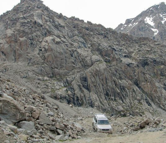 "Der knapp 4.000 Meter hohe Tosor Pass im Zentrum von Kirgistan hält neben spektakulären Panoramen auch Herausforderungen für Offroad-Fahrer bereit - © ""Travel Experts"" Kyrgyzstan"