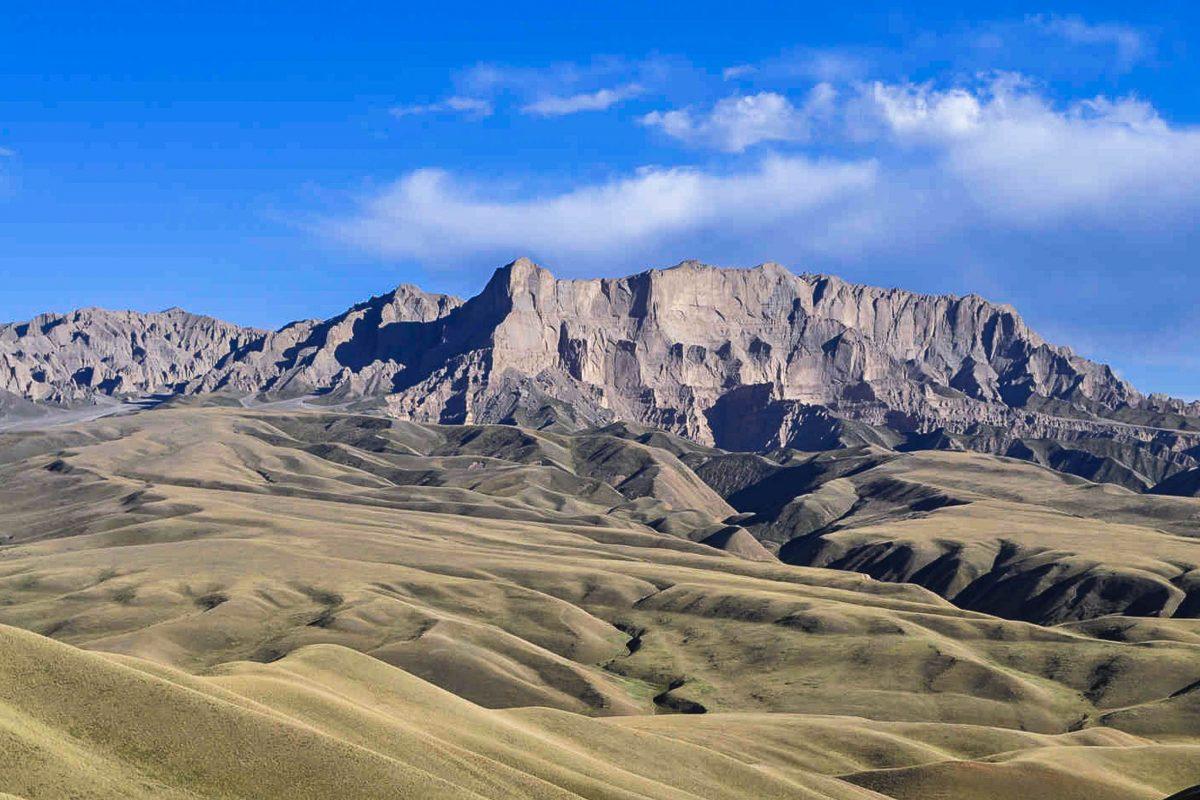 """Die Landschaft um die Straße zum 3262m hohen MELS-Pass ist von schroffen Gipfeln und kargen Tälern geprägt, Kirgistan - © """"Travel Experts"""" Kyrgyzstan"""