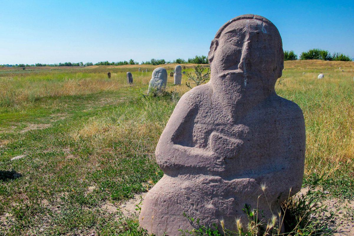 """Die steinernen Krieger in der Nähe des Burana-Turms im Norden von Kirgistan erinnern an die tapferen Soldaten, die für ihr Land gefallen sind - © """"Travel Experts"""" Kyrgyzstan"""