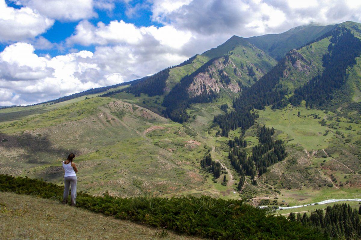 """Um die Schönheit des Teskey Torpok Passes und der umliegenden Landschaft würdigen zu können, ist eine gemächliche Fortbewegungsart sinnvoll, Kirgistan - © """"Travel Experts"""" Kyrgyzstan"""