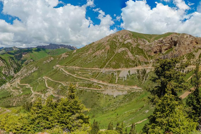 """Zum über 3000m hohen Teskey Torpok Pass führt eine der spektakulärsten Straßen von Kirgistan - © """"Travel Experts"""" Kyrgyzstan"""