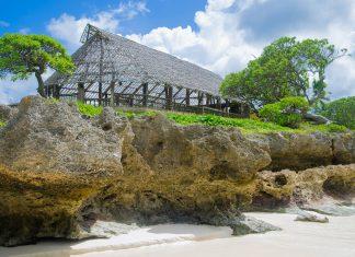 Das so genannten Maneaba ist ein traditionelles Versammlungshaus auf pazifischen Inseln, Kiribati - © Tony Moran / Shutterstock