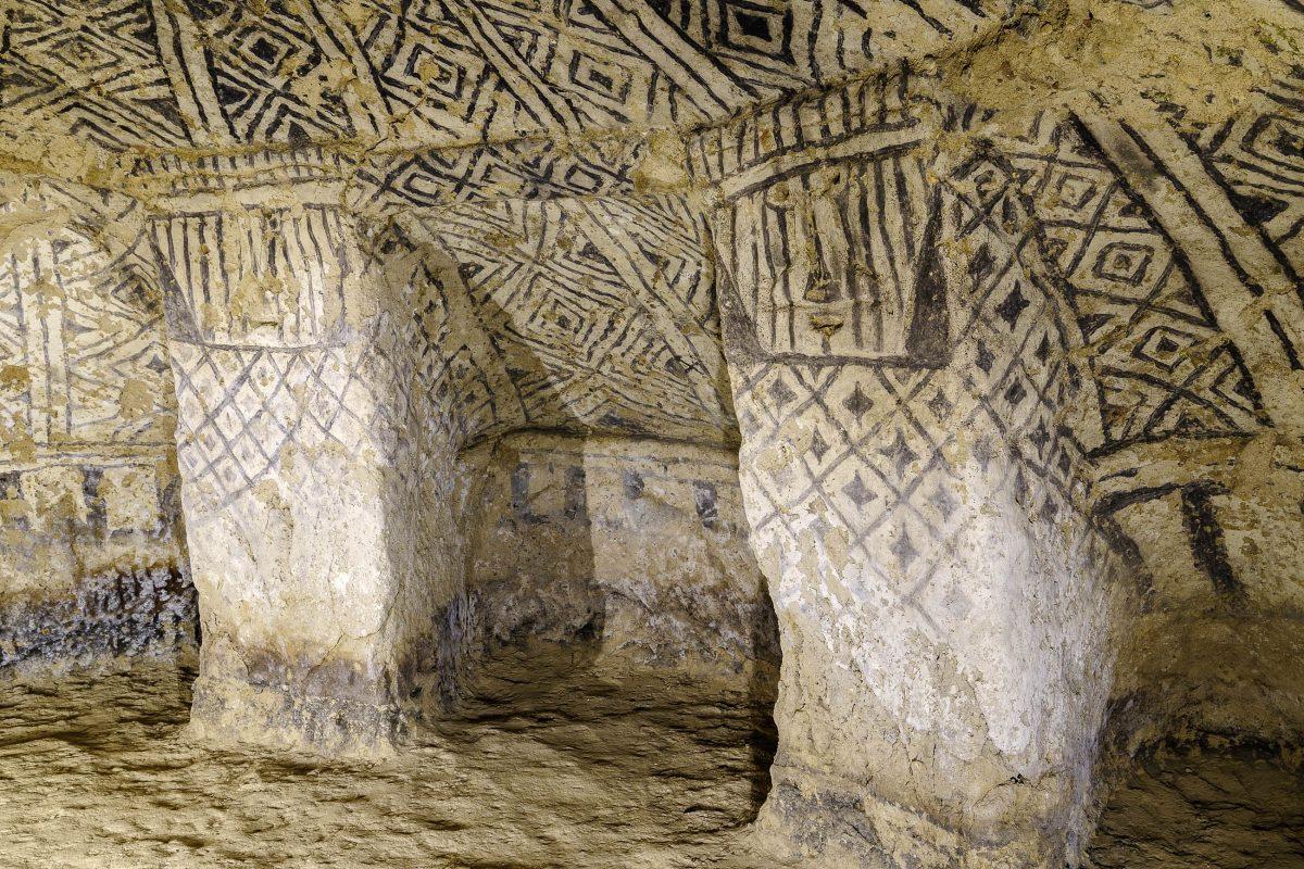 Eine der beeindruckenden präkolumbianischen Grabstätten im archäologischen Park Tierradentro in Kolumbien - © Rafal Cichawa / Shutterstock