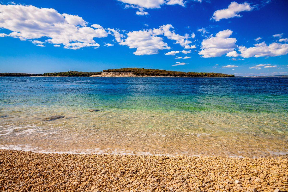 An der Ostseite der größten Insel des Brijuni Nationalparks vor der Küste Kroatiens lädt ein Schnorchelpfad zu Entdeckungen unter Wasser ein - © gregblok / Shutterstock