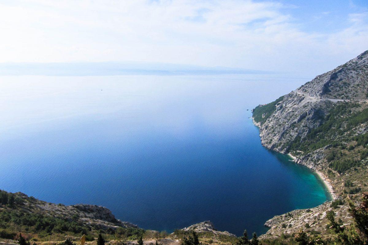 Atemberaubender Ausblick von der Bergstraße aus der Karstlandschaft des Biokovo kommend auf die Makarska Riviera, Kroatien - © FRASHO / franks-travelbox