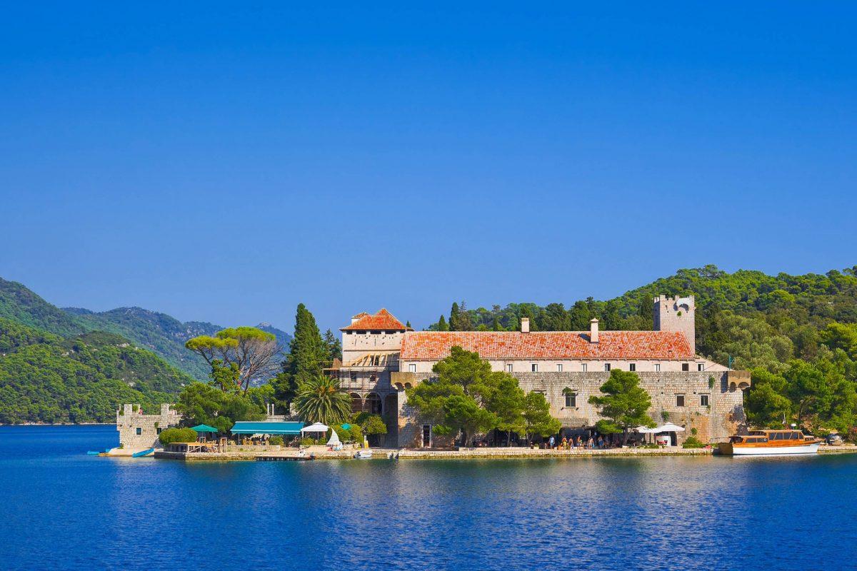 Auf der Marieninsel im Veliko Jezero ist mit dem Benediktinerkloster die bedeutendste architektonische Sehenswürdigkeit der Insel Mljet zu finden, Kroatien - © Tatiana Popova / Shutterstock
