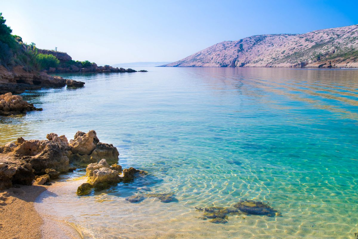 Auf der naturbelassenen Halbinsel Kalifront im Norden von Rab finden sich um Kampor und Suha Punta traumhafte Badebuchten, Kroatien - © Isaac74 / Shutterstock