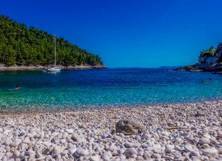 Auf ihrer Küstenlänge von 182 Kilometern bietet die Insel Korcula romantische Buchten mit idyllischen Stränden, Kroatien - © Photoanto  / Shutterstock