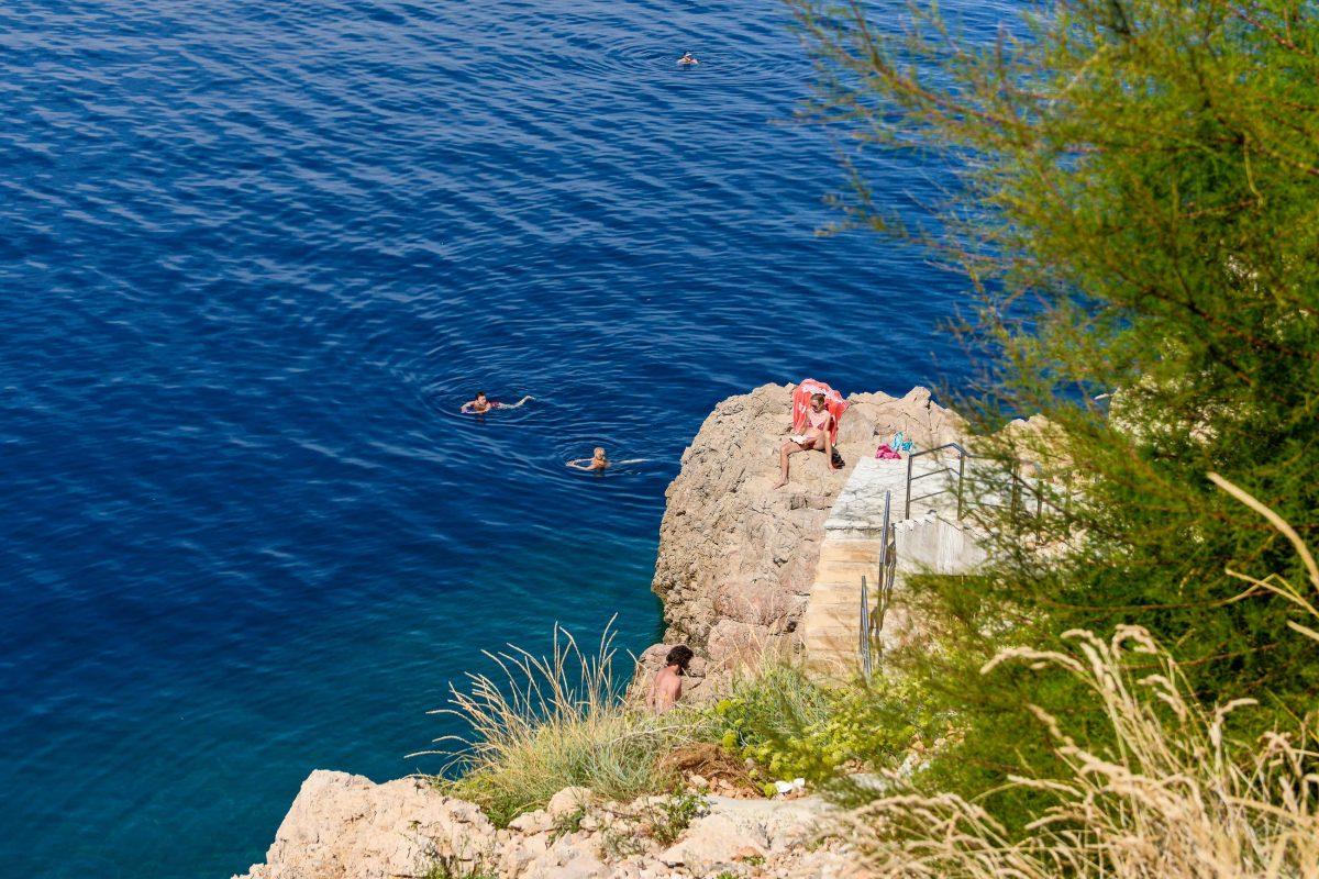 Betonierte Plätze, Kiesstrand und nackter Fels liefern in der Zgribnica-Bucht bei Vrbnik abwechslungsreiche Liege- und Einstiegsmöglichkeiten ins Mittelmeer, Kroatien - © James Camel / franks-travelbox