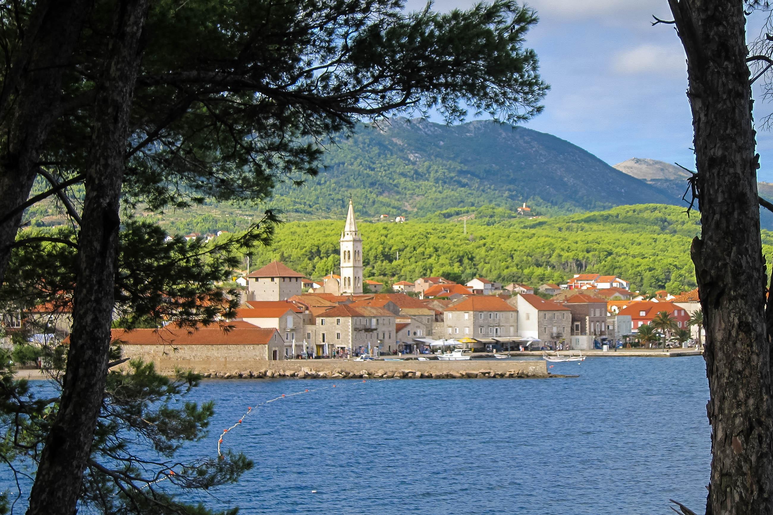 Blick auf den aufstrebenden Touristenort Jelsa auf der kroatischen Insel Hvar; der ideale Ausgangspunkt für Wanderungen und Boots- und Badeausflüge - © FRASHO / franks-travelbox