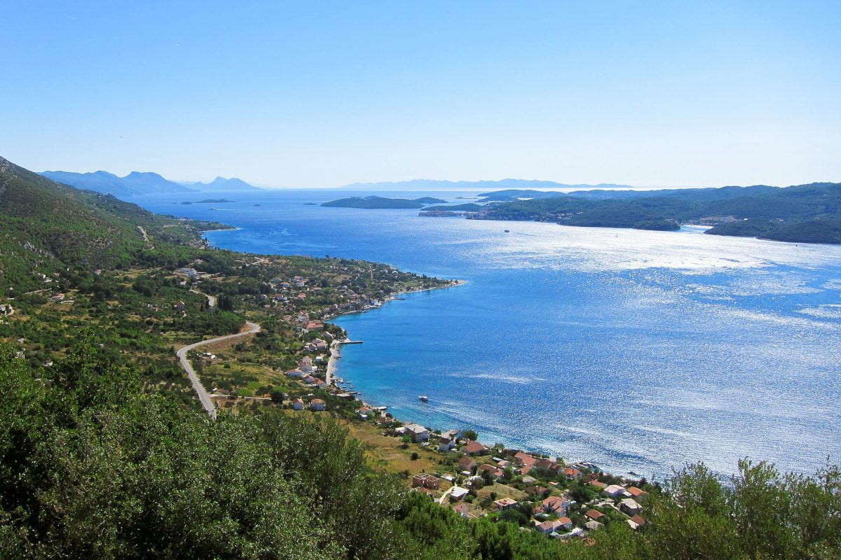 Blick über die beiden historischen Fischerdörfer Kućište und Viganj; rechts die benachbarte Insel Korčula, Halbinsel Pelješac, Kroatien - © FRASHO / franks-travelbox