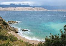 Blick vom Landschaftsschutzgebiet Dubrava Hanzina auf der Insel Pag Richtung Festland; die Landzunge im Vordergrund gehört zu Pag, Kroatien - © FRASHO / franks-travelbox