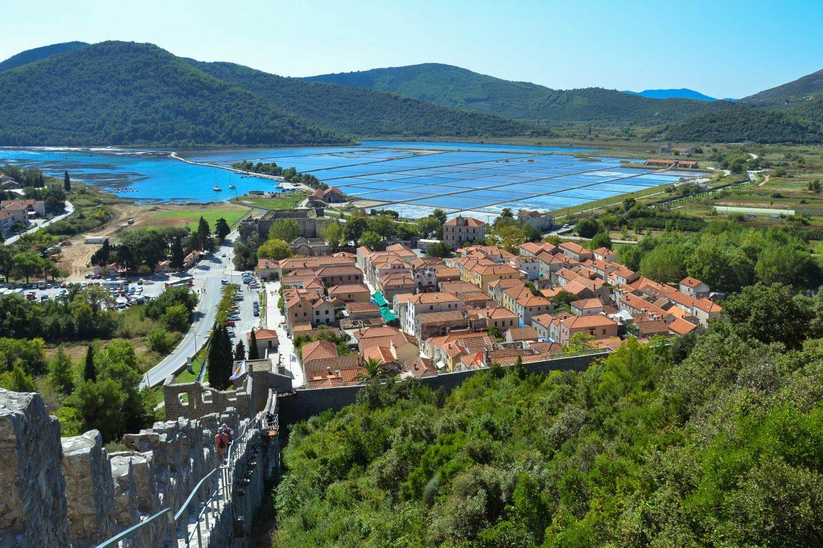 Blick von der Festung Ston auf den gleichnamigen Ort und die dahinter liegenden Salinen, Halbinsel Pelješac, Kroatien - © FRASHO / franks-travelbox