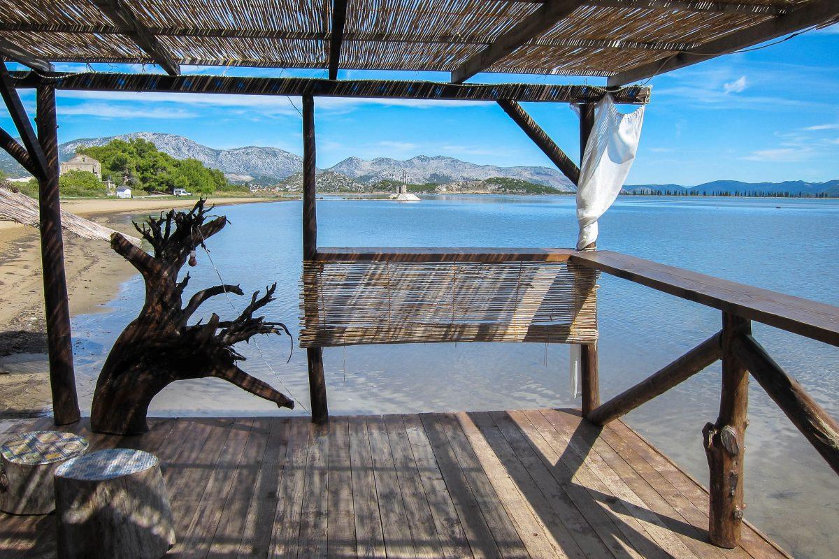 Blick von einer Bar (schon geschlossen) in die Mündung des Deltas ins Meer beim beliebten Spot für Kite-Surfer, Neretva-Delta, Kroatien - © FRASHO / franks-travelbox