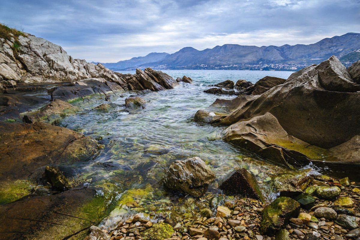 Nachdem es um den Badeort Cavtat im Süden Kroatiens kaum Sandbänke gibt, erfreuen sich Taucher und Schnorchler an optimaler Sicht unter Wasser - © Natalia Paklina / Shutterstock