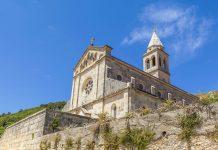 Das geruhsame Smokvica in der Mitte der Insel Korcula steht ganz im Zeichen von Genuss und Gemütlichkeit, Kroatien - © Cortyn / Shutterstock