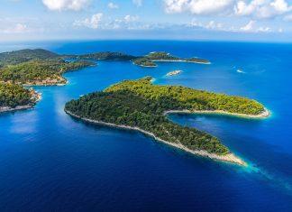 Das westliche Drittel der malerischen Insel Mljet vor der südlichen Küste von Kroatien wird vom Nationalpark Mljet eingenommen - © OPIS Zagreb / Shutterstock