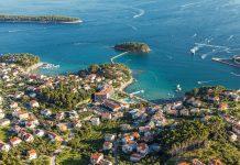 Der Badeort Banjol auf der Insel Rab lockt mit herrlichen Buchten, idyllischen Ferienhäusern und lokalen Köstlichkeiten - © Mariusz Szczygiel / Shutterstock