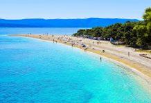 Der charakteristische Strand Zlatni Rat im Süden von Brac gilt als eine der größten Naturschönheiten von Kroatien - © Scott Wong / Shutterstock