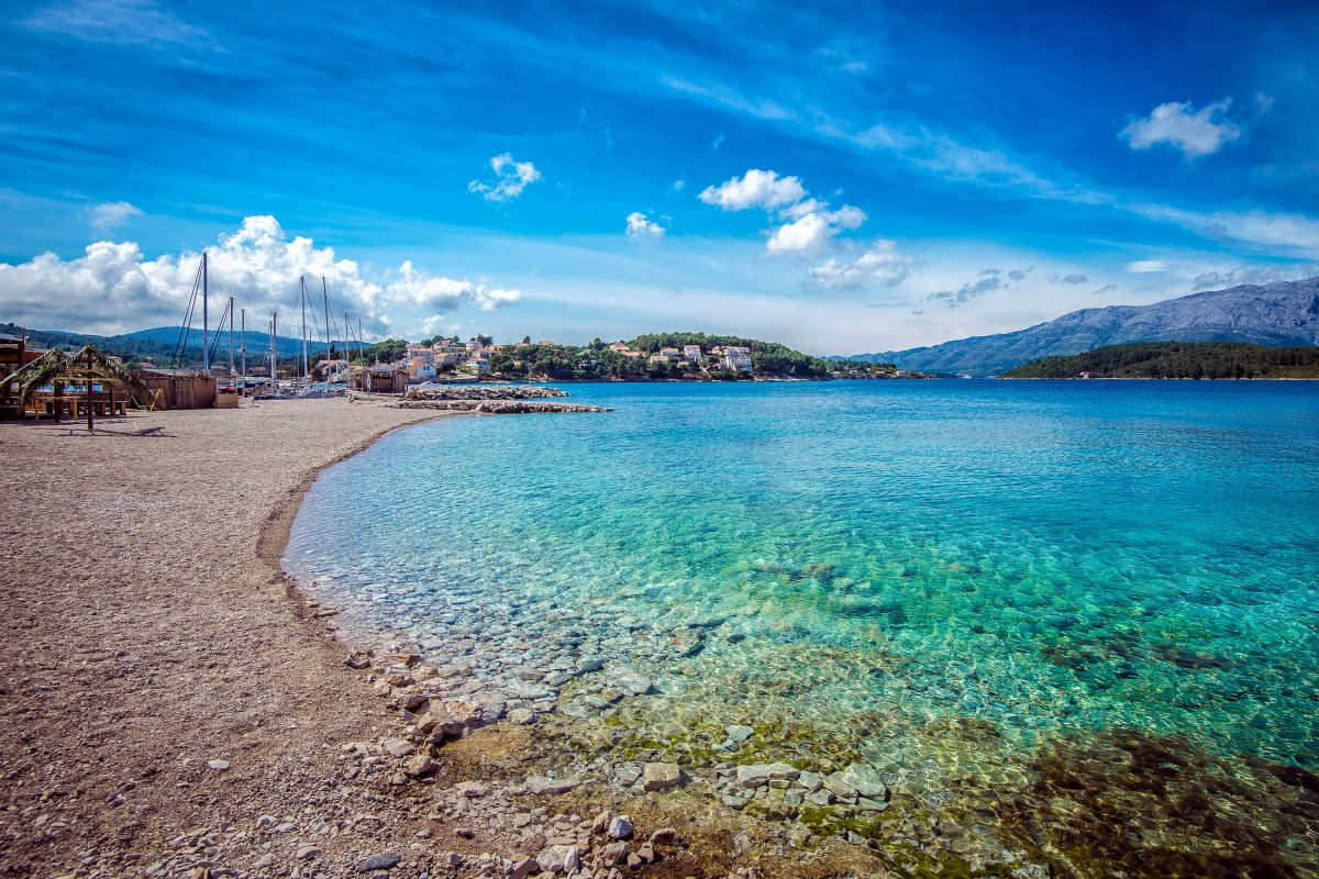 Der goldgelbe Vela Przina kann ohne Zweifel als schönster Sandstrand von Korcula bezeichnet werden, Kroatien - © Ajan Alen / Shutterstock