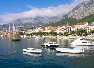 Der Hafen in der Altstadt von Makarska mit den mächtigen Bergen im Hintergrund, Kroatien - © FRASHO / franks-travelbox