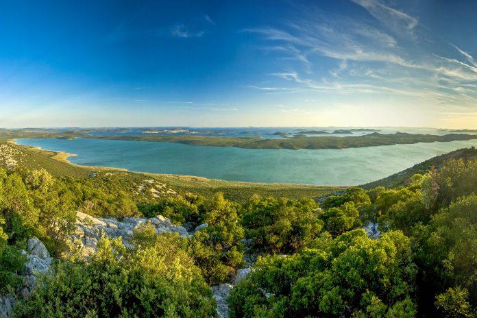 Der idyllische Vrana See ist der größte See Kroatiens und mit einer gewaltigen Artenvielfalt gesegnet - © lero / Shutterstock