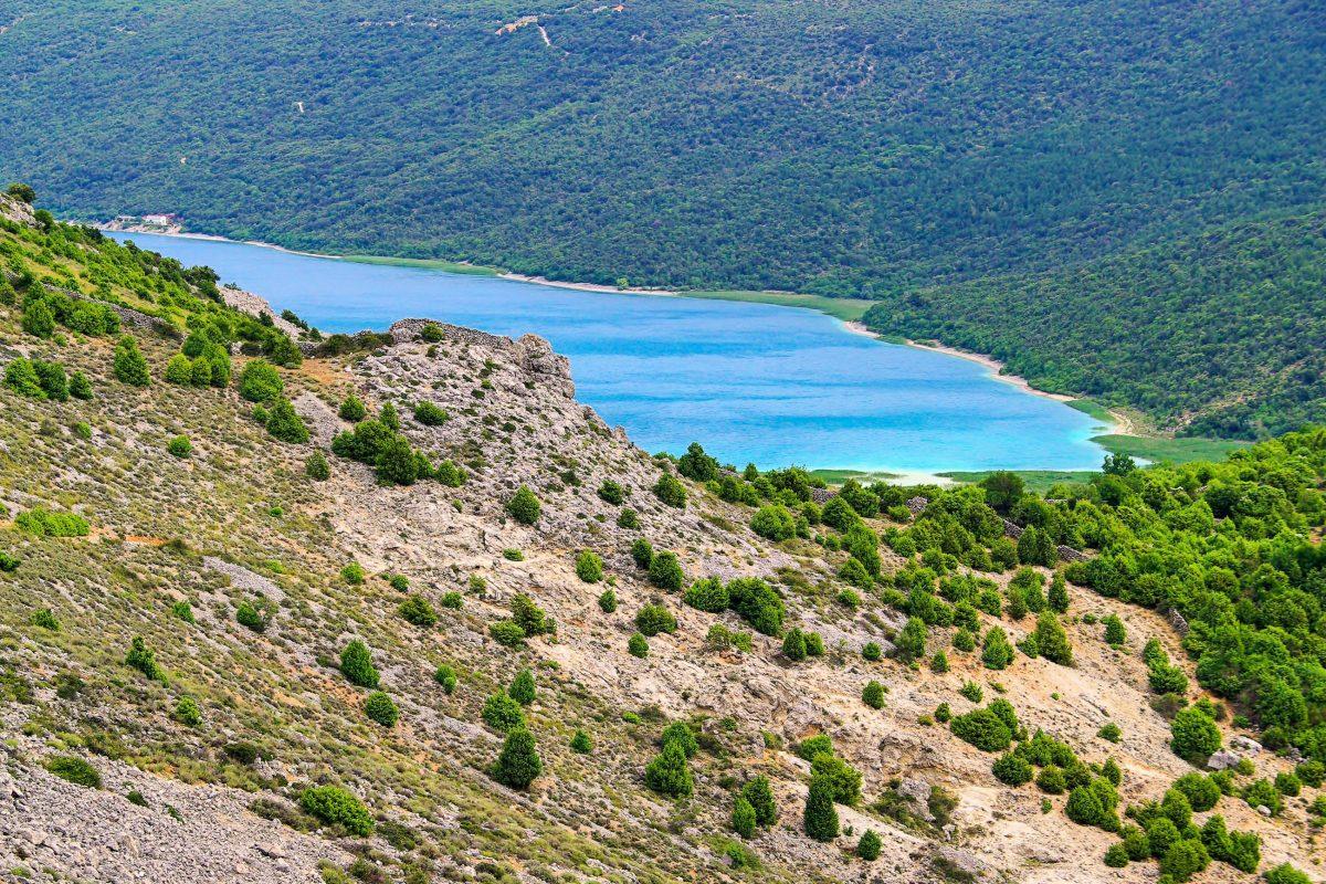 Der idyllische Vrana-See versorgt die gesamte Insel Cres mit Trinkwasser und darf aus diesem Grund leider nur aus der Ferne betrachtet werden, Kroatien - © LianeM / Shutterstock