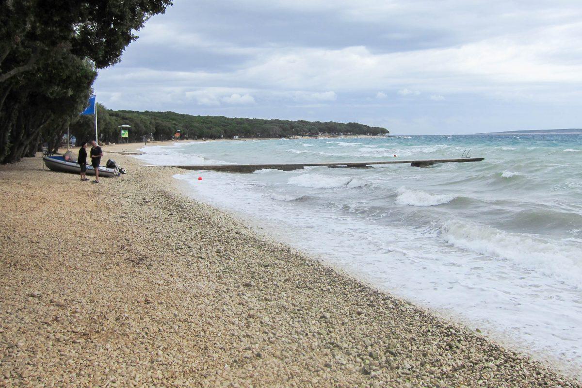 Der Kiesstrand bei Novalja ist nur in der Nebensaison und bei Schlechtwetter so ruhig wie hier auf dem Bild, ansonsten gibts hier Party bis Sonnenaufgang, Pag, Kroatien - © FRASHO / franks-travelbox