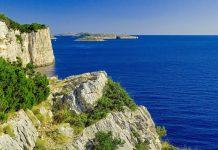 Der Kornaten Nationalpark vor der Küste Kroatiens wird mit traumhaften Buchten und gewaltigen Steilküsten oft als schönstes Segelgebiet Europas bezeichnet - © Einherjar / Shutterstock