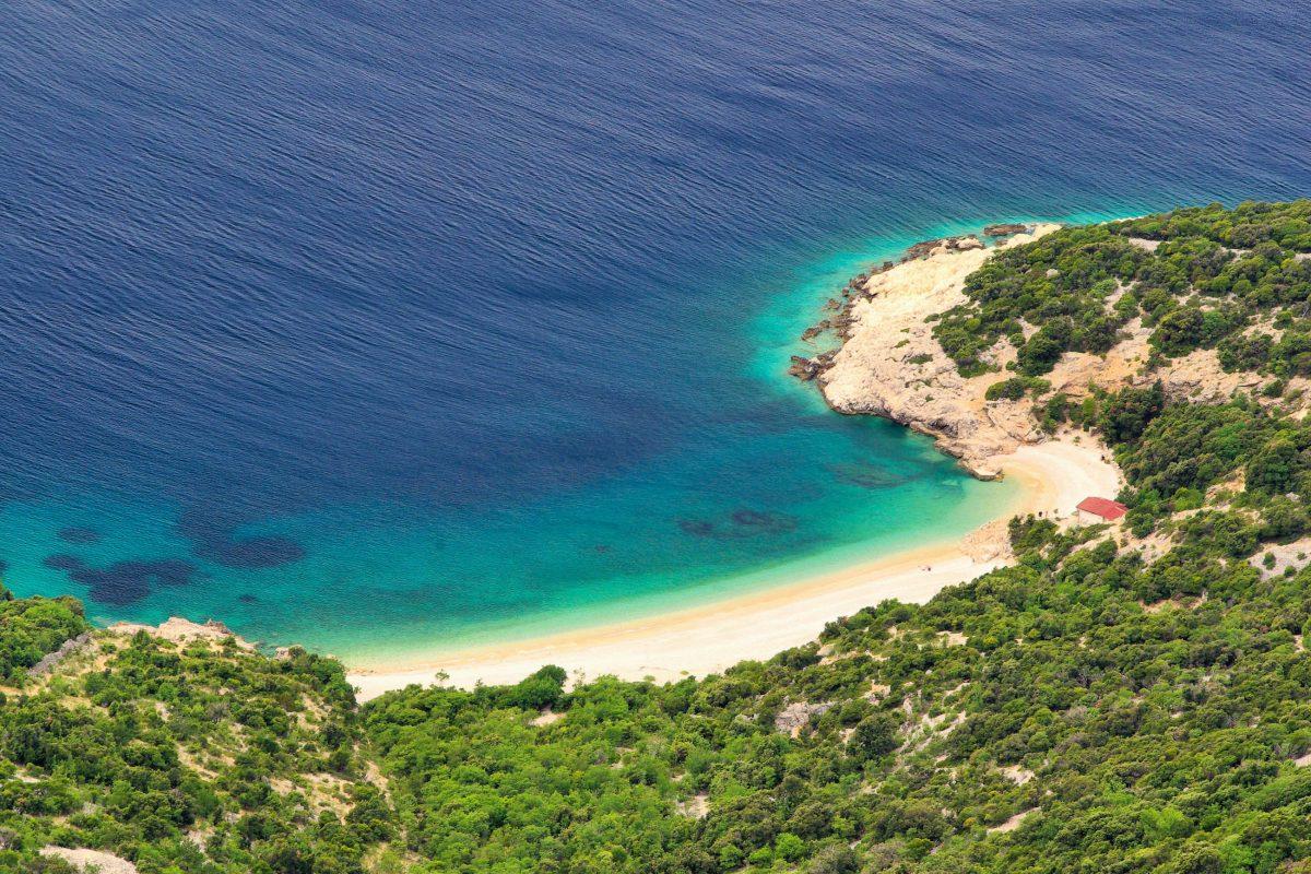Der malerische Strand unter Lubenice auf der Insel Cres wurde bereits unter die schönsten Strände der Welt gewählt, Kroatien - © LianeM / Shutterstock