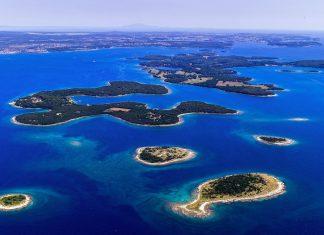 Der Nationalpark Brijuni liegt vor der Küste von Istrien über mehrere Inseln verstreut, die heute der Tierwelt, Touristen und Privatpersonen gehören, Kroatien - © Studio Hrg / Shutterstock