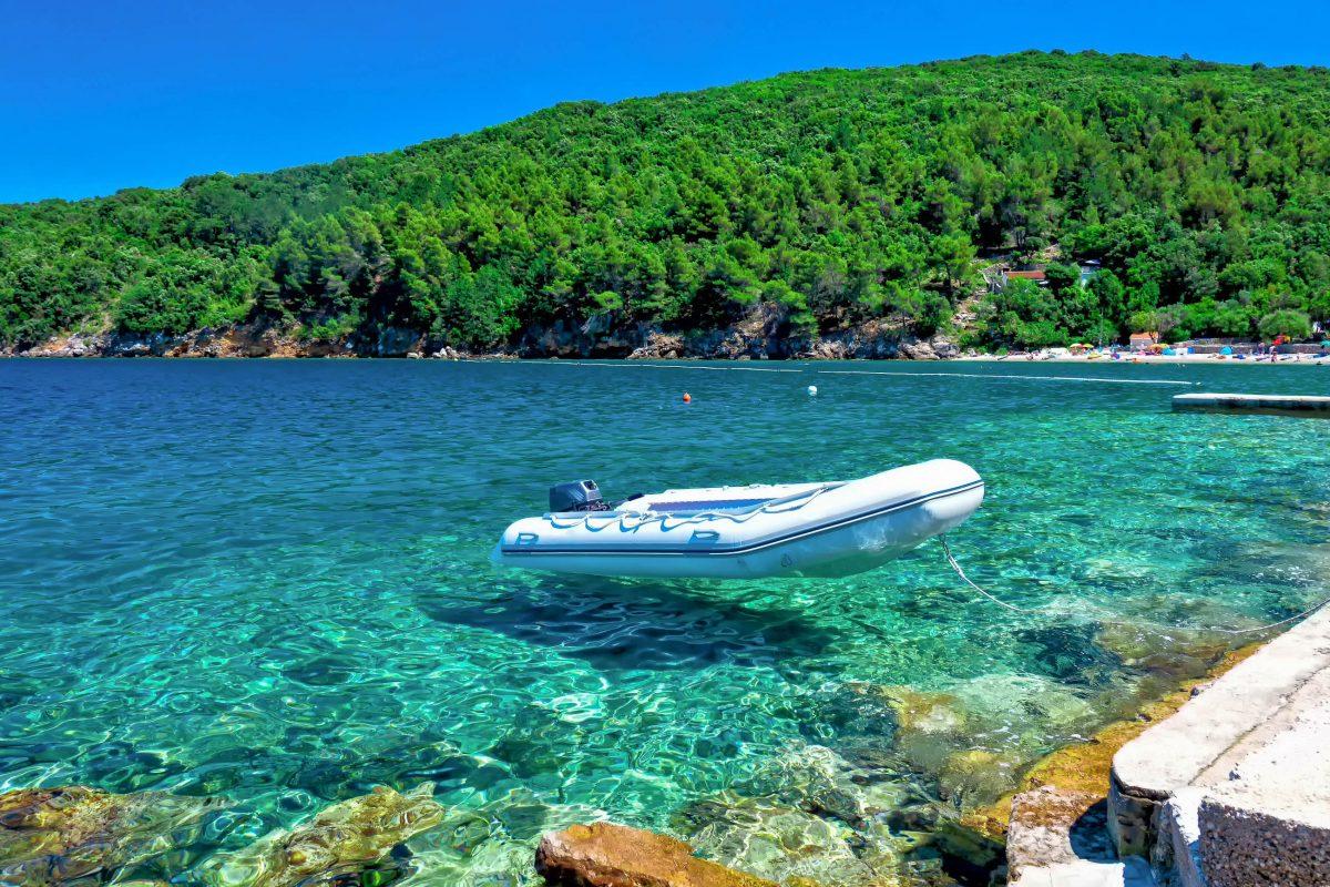 Der ruhige Ferienort Martinščica an der Westküste der kroatischen Insel Cres lockt mit entspannter Geruhsamkeit und seinem kilometerlangen Kiesstrand - © gualtiero boffi / Shutterstock