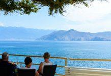 Der Strand von Baska lädt mit herrlichem Blick auf die gleichnamige Bucht zum entspannten Verweilen ein, Krk, Kroatien - © James Camel / franks-travelbox