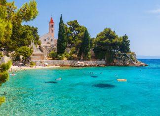 Der zauberhaften Ferienort Bol an der Südküste ist ein absolute Top Sehenswürdigkeit für den Urlaub auf Brac, Kroatien - © Lev Levin / Shutterstock